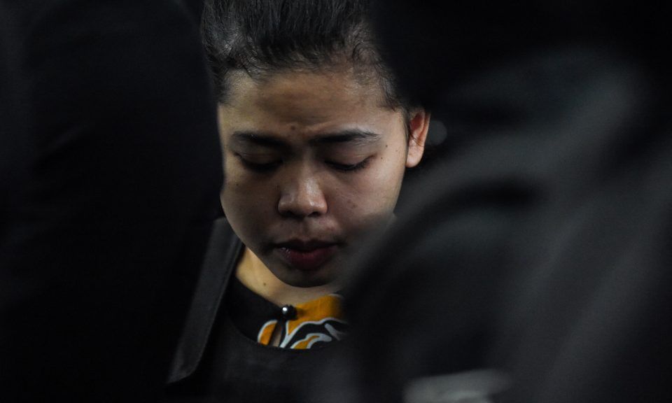 印尼籍被告艾沙(中)被控在吉隆坡國際機場2號客運大樓謀殺北韓領導人金正恩疏遠的同父異母兄長金正男。相片:AFP / Mohd Rasfan