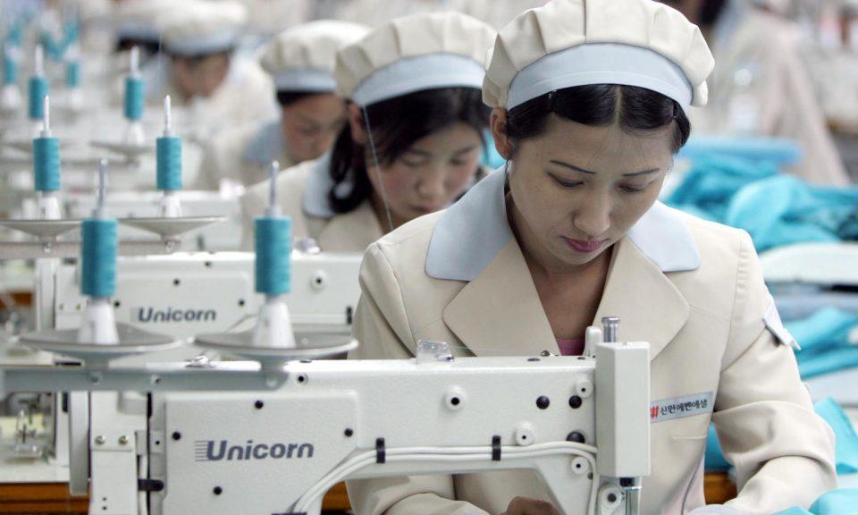 北韓工人在南韓一家服裝廠信元(Shinwon)內工作。相片:AFP / Lee Jae-won