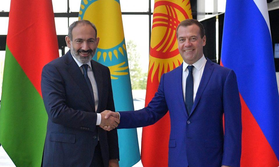 今年7月27日,亞美尼亞總理尼帕希尼揚(圖左)與俄羅斯總理梅德韋傑夫(Dmitry Medvedev)握手。相片:AFP / Alexander Astafyev / Sputnik