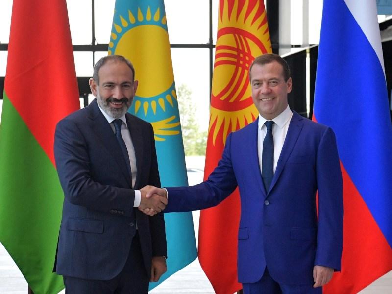 Armenian Prime Minister Nikol Pashinyan, left, shakes hands with his Russian counterpart Dmitry Medvedev on July 27. Photo: AFP/ Alexander Astafyev / Sputnik
