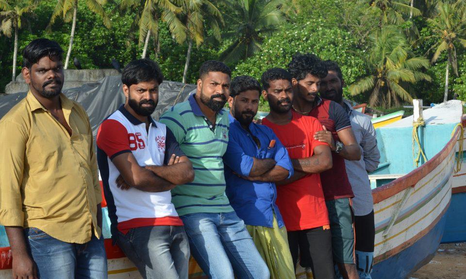 由左至右:Vipin Andrews、Johnny Chekkitta、Silvadasan Antony、John Mathew、Aneesh Pathrose、Rateesh Peter和Jineesh Jerome,7位漁夫站在他們曾經用來拯救約800名喀拉拉邦洪災災民的船隻旁邊。相片:Rejimon Kuttappan