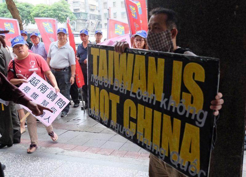 2014年5月16日,越南反華示威者在工廠縱火,爆發幾十年來對北京最大規模的抗議。一名示威人士在台北越南經濟文化辦事處舉行的示威活動中展示了一個標語牌。相片:AFP / Sam Yeh