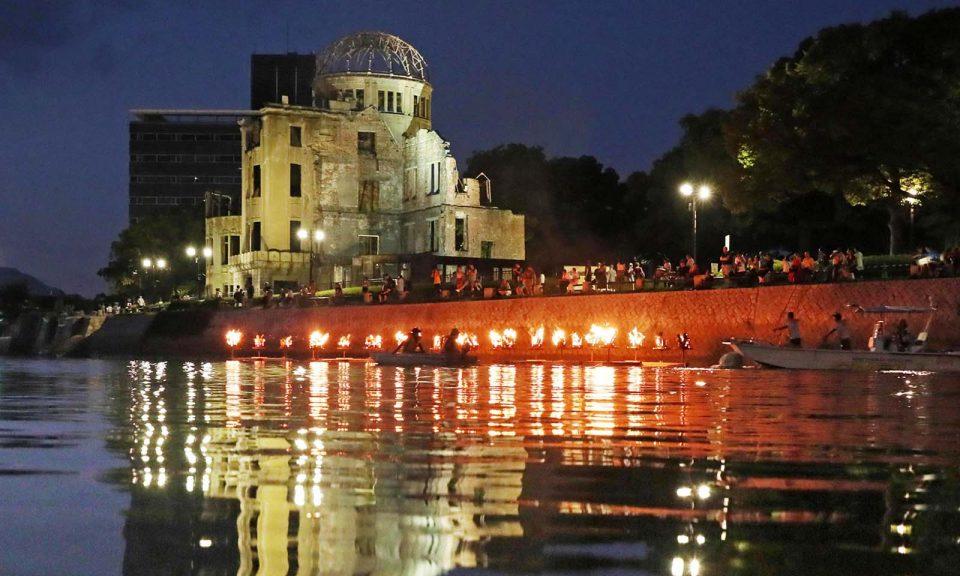 河燈在原爆圓頂前的Motoyasu-gawa河上漂浮,以紀念在廣島原子彈爆炸中喪命的人。儀式於2018年8月5日廣島原子彈爆炸73周年前夕舉行。相片:The Yomiuri Shimbun