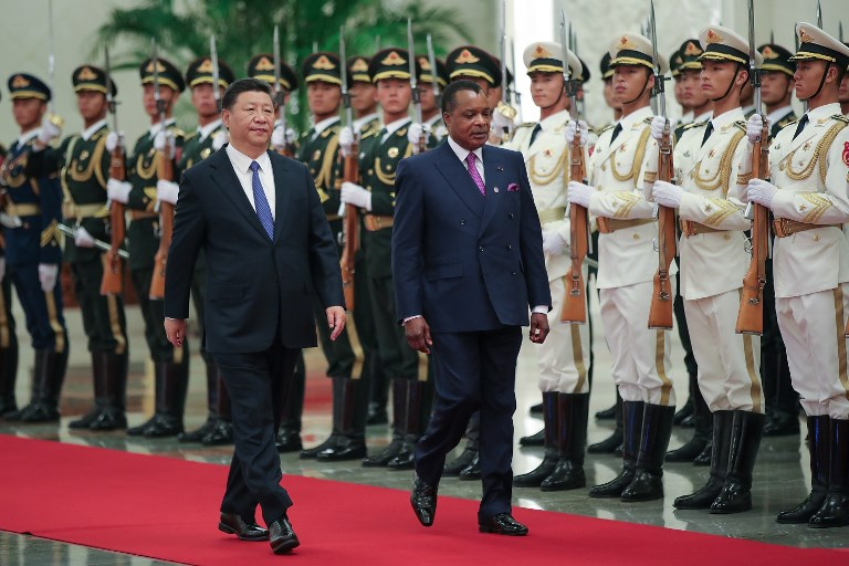 China's President Xi Jinping (L) accompanies Congo President Denis Sassou Nguesso (R) to view an honour guard during a welcoming ceremony inside the Great Hall of the People in Beijing on September 5, 2018, a day after the conclusion of the Forum On China-Africa Cooperation. / AFP PHOTO / POOL / Lintao Zhang