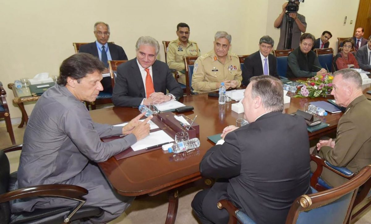 PM Imran Khan, left, talks to US Secretary of State Mike Pompeo, second right, as Foreign Minister Shah Mahmood Qureshi, center left, listens during their meeting at the PM's Office in Islamabad. Photo: AFP / Pakistan Press Information Dept / Ho
