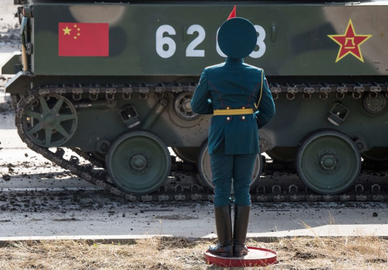 A Russian honour guard attends the parade of the participants of the Vostok-2018 (East-2018) military drills at Tsugol training ground not far from the borders with China and Mongolia in Siberia, on September 13, 2018. / AFP PHOTO / Mladen ANTONOV