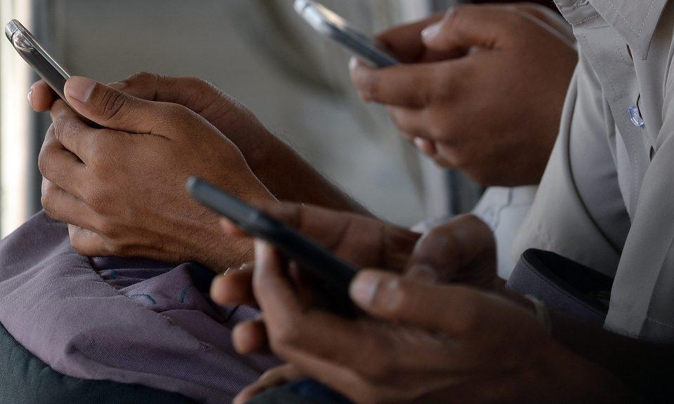 印度的消費者在免費Wi-Fi互聯網區域使用手提電話。相片:AFP / Indranil Mukherjee