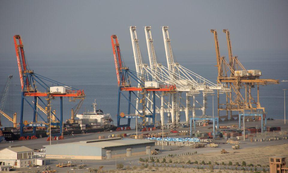 去年10月,位於巴基斯坦最南端的俾路支省瓜達爾港的第一個602米長的碼頭上方的起重機高聳入雲。作為中國「新絲綢之路」的一部分,這裡應該成為一個巨大的貿易港口。相片:AFP / DPA