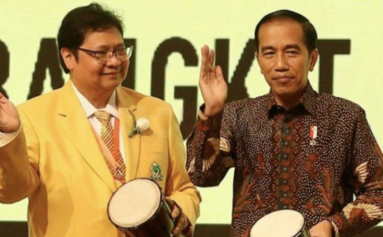 Indonesian President Joko Widodo and Golkar Party leader Airlangga Hartarto playing music together. Photo: Facebook
