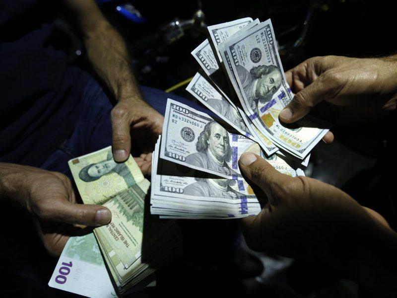 رجل يقوم بتبديل ريالات إيرانية ودولارات أمريكية في مركز صرافة في طهران في أغسطس 2018. صورة: AFP / Atta Kenare