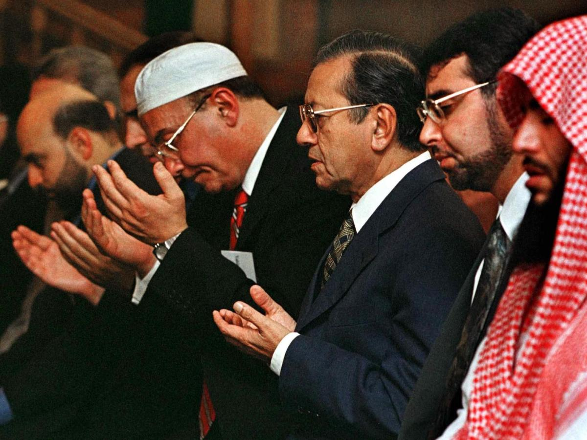 Malaysian Prime Minister Mahathir Mohamad (3rd-R) joins in evening prayers in a file photo. Photo: AFP/John Zich