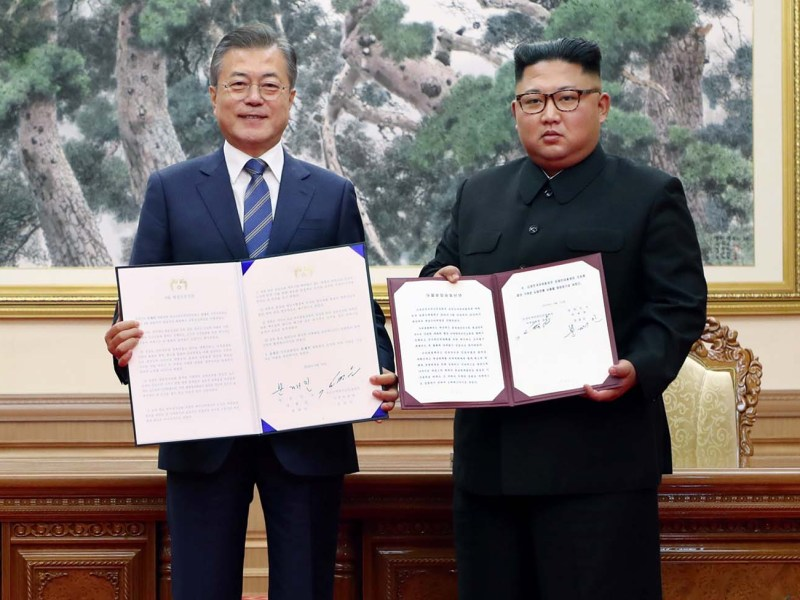South Korean President Moon Jae-in (L) and North Korean leader Kim Jong Un after a signing ceremony at their summit at Paekhwawon State Guesthouse in Pyongyang on September 19, 2018. Photo: AFP/Pyeongyang Press Corps
