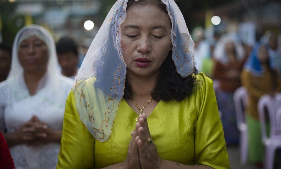 2017年11月28日,一名緬甸女基督徒參加仰光的晨禱。相片:AFP / Lillian Suwanrumpha