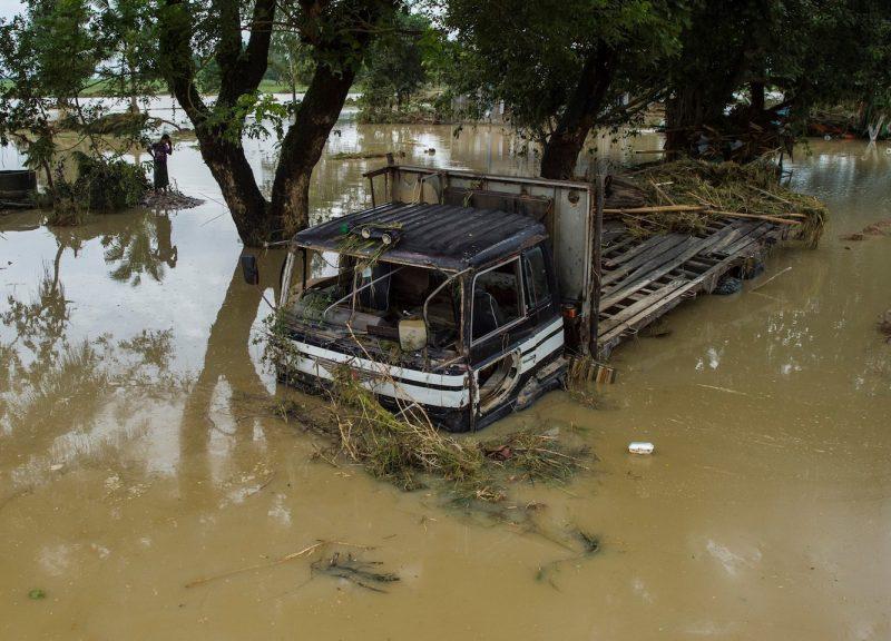 8月30日,一輛貨車被緬甸勃固(Bago)地區的洪水淹沒。在季風降雨導致該地區淹沒後,數千人被困。專家說,隨著全球變暖天氣變得更加極端,季節性降雨變得愈來愈嚴重。相片:AFP