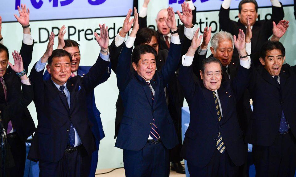 2018年9月20日,日本首相安倍晉三(中)在東京得悉成功連任自民黨總裁。相片:AFP
