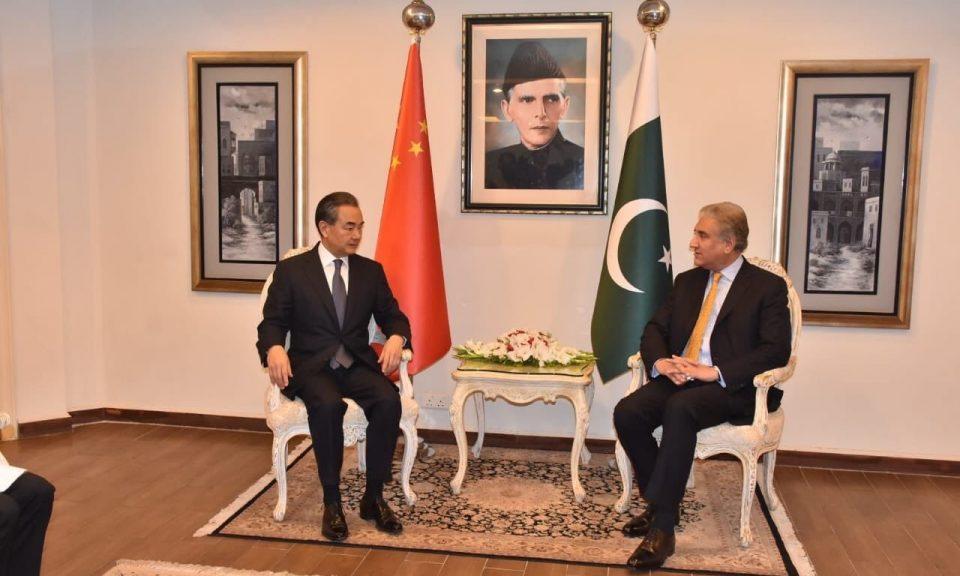 中國外交部部長王毅上周末在伊斯蘭堡會見巴基斯坦外交部長庫雷希。相片:Pakistani Foreign Office handout / Anadolu