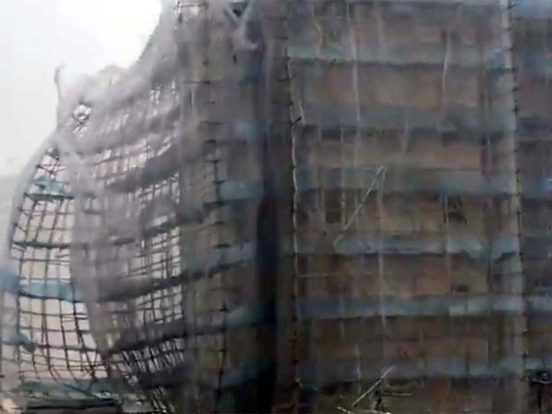 Typhoon Mangkhut rips scaffolding off a building site in Hong Kong. Photo: Twitter