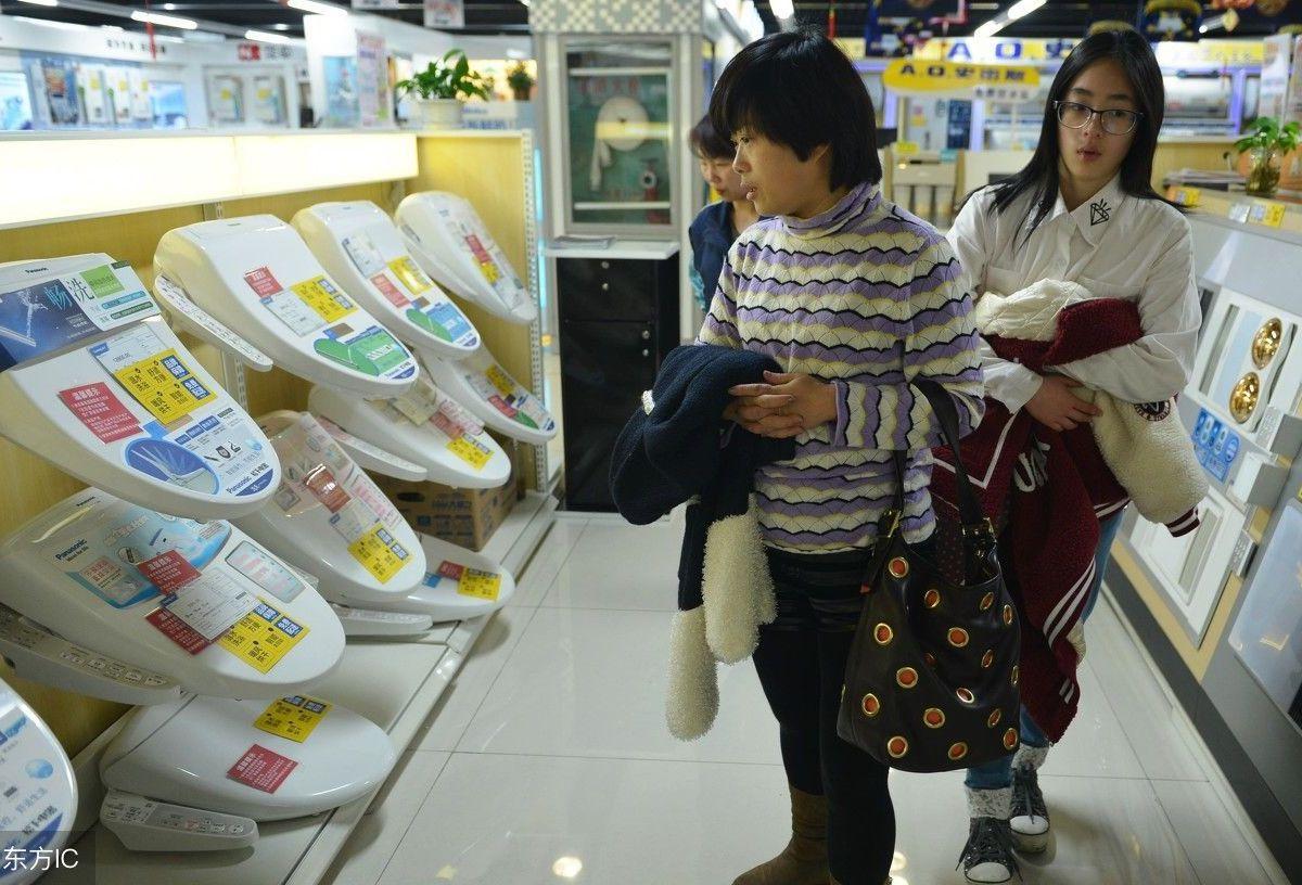 Customers checking washlets in Shanghai.  Photo: Weibo