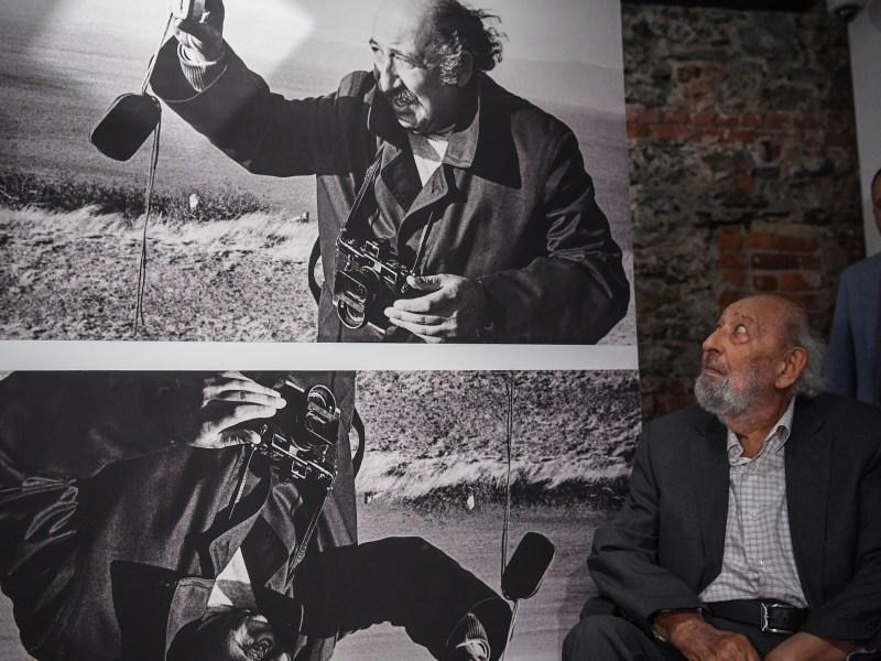 المصور التركي-الأرميني الأسطوري آرا جولير يلتقط صورة لنفسه في 16 أغسطس 2018 أثناء افتتاح متحف آرا جولير باسطنبول. توفى جولير، المعروف بصوره الأيقونية لمدينته، في 17 أكتوبر عن عمر يناهز ال90. صورة: ا ف ب  أوزان كوس