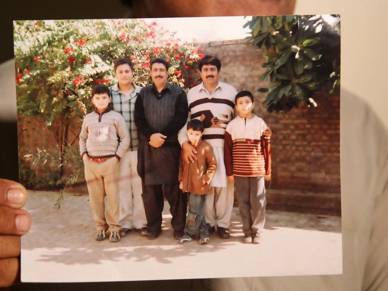 الطبيب الباكستاني المحتجز شاكيل أفريدي الذي جندته المخابرات الأمريكية للمساعدة في البحث عن أسامة بن لادن (الثالث من جهة اليسار) في صورة عائلية في مكان غير معروف في باكستان، 2016. صورة: AFP/SS MIRZA