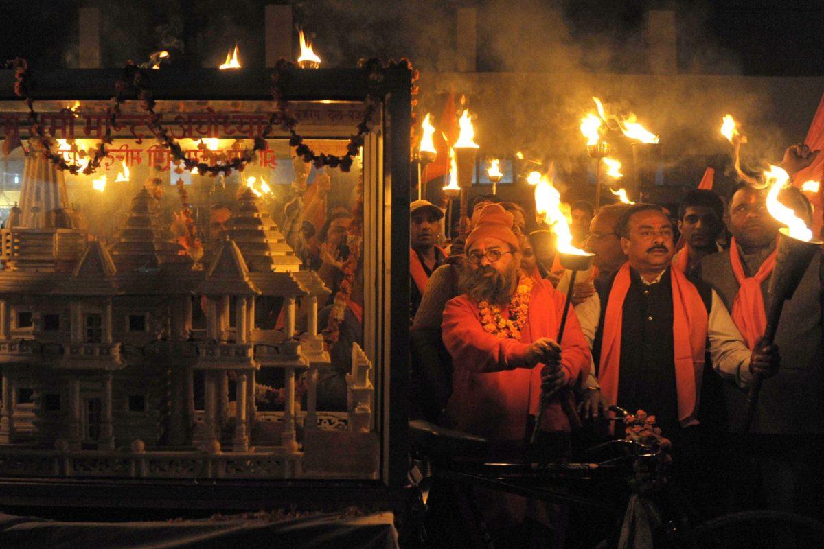 نشطاء هندوس يحملون الشعلات بجانب نموذج لمعبد رام في مسيرة بمناسبة الحكم بهدم جامع بابري. الصورة: ا ف ب