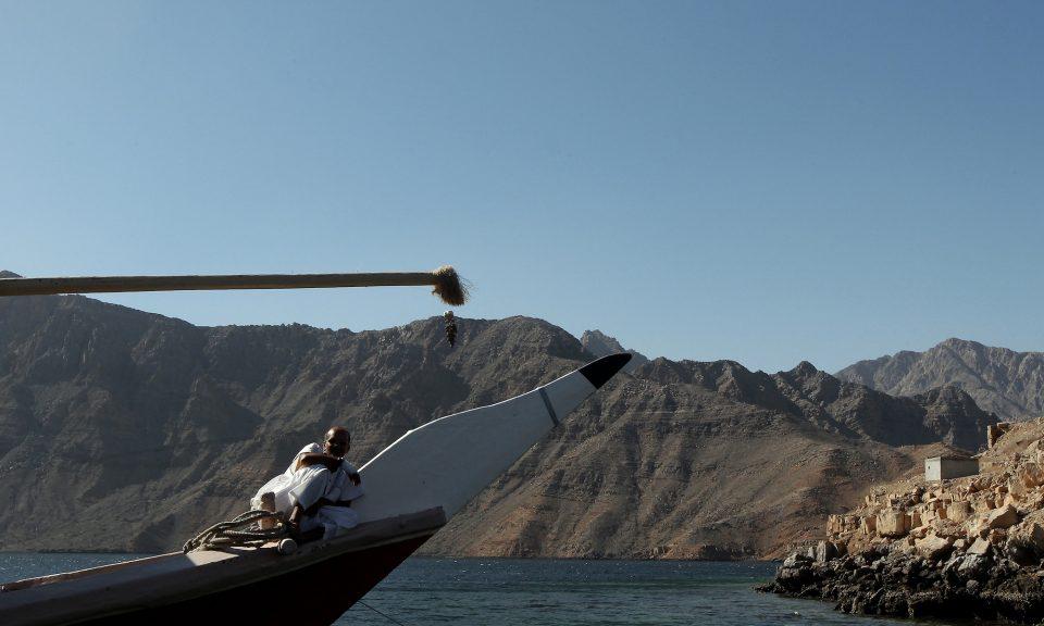 一名阿曼男子坐在單桅帆船上,沿著與伊朗接壤的霍爾木茲海峽沿阿曼海岸巡航 。相片:AFP / Marwan Naamani