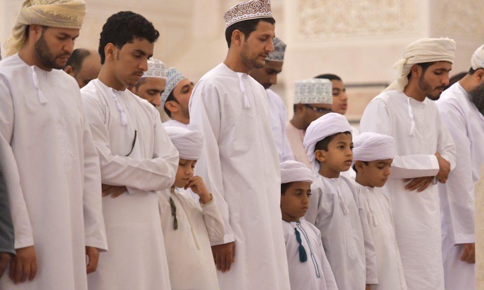 信徒在阿曼首都馬斯喀特的Sayyida Mazoon清真寺祈禱。相片:AFP / Giuseppe Cacace
