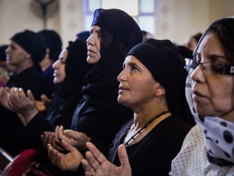 أقارب الأقباط الذين قام تنظيم الدولة الإسلامية بذبحهم في مدينة سرت الساحلية الليبية في 2015، يقيمون صلاة الجنازة في كنيسة الشهداء بقرية العور، المنيا، مصر، 15 مايو/أيار 2018 صورة: Ibrahim Hendy/dpa