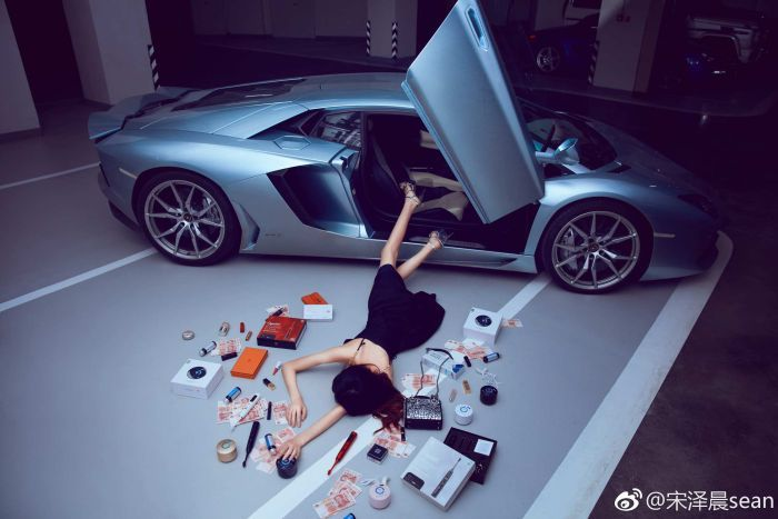 Chinese millennials are flaunting their wealth in  what has become known as 'falling stars' challenge. Photo: Twitter