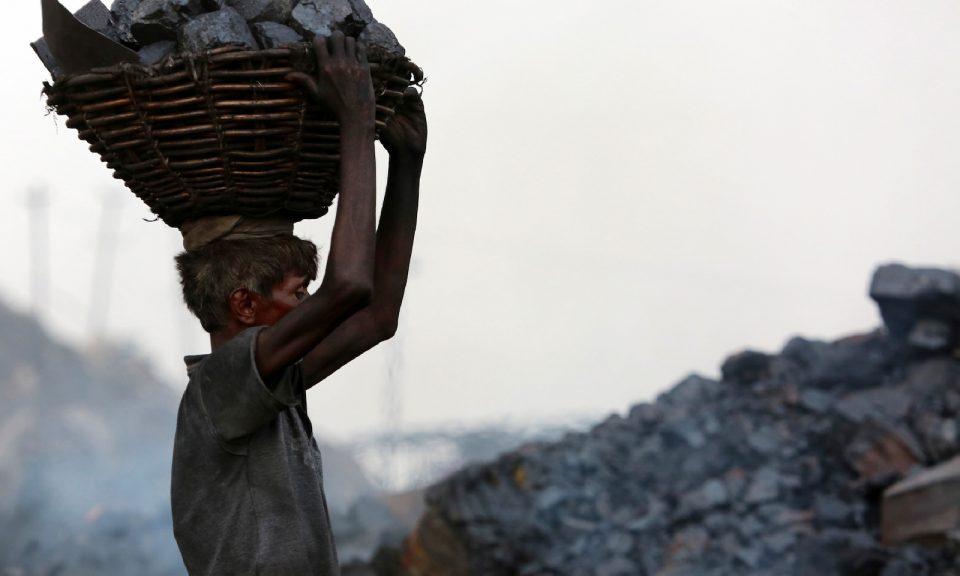2017年6月,一名印度煤礦工人在賈坎德邦的丹巴德(Dhanbad)地區的一個礦場收集了一籃子煤。相片:AFP / Sanjib Dutta