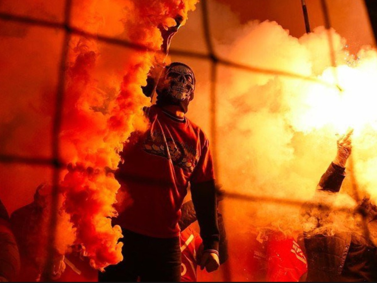 مشجع مقنع في إحدى مباريات الإتحاد الإندونيسي. الصورة: إنستجرام