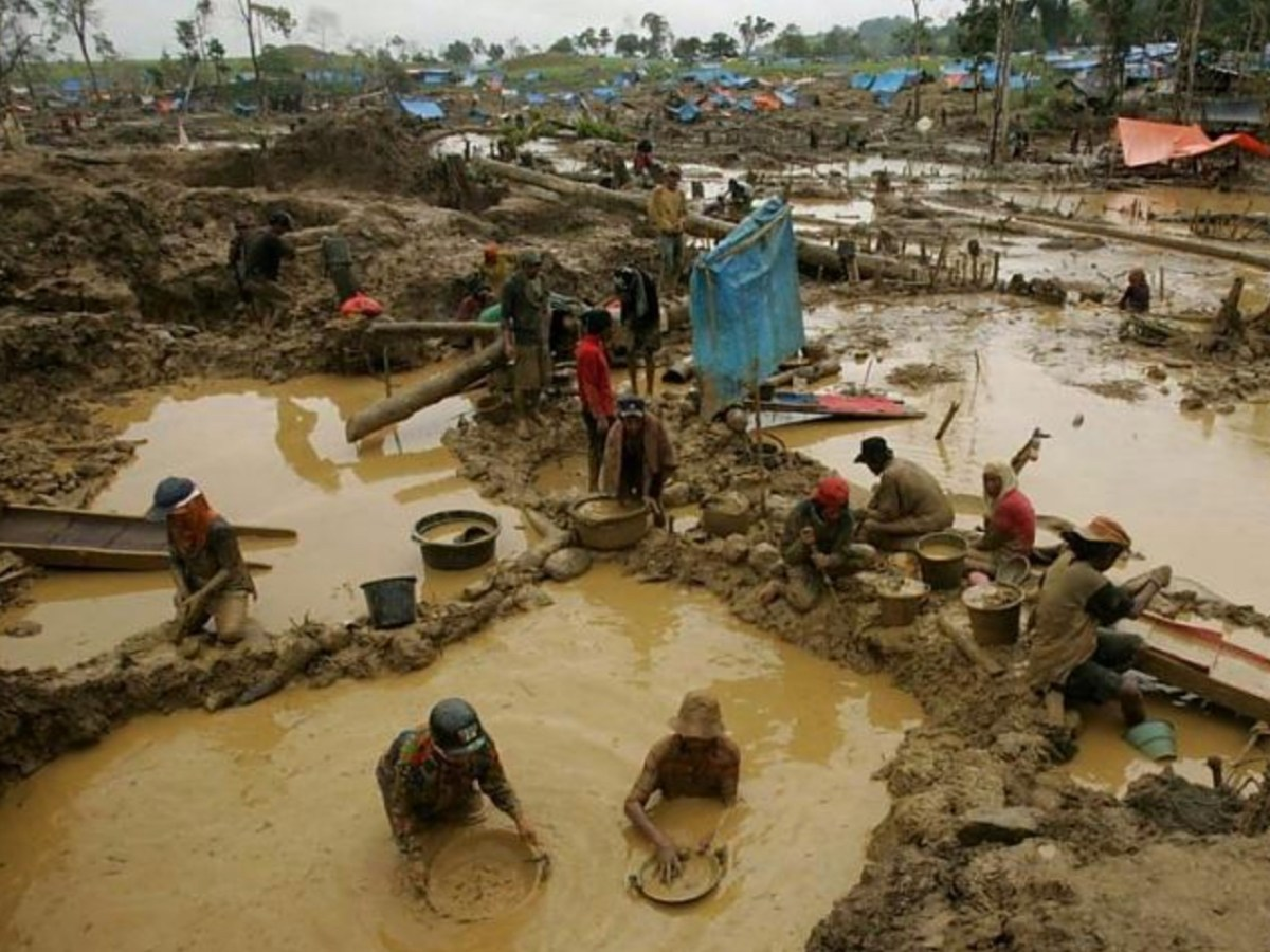 Artisanal miners prospecting for gold at a small-scale mining site in Indonesia. Photo: Reuters