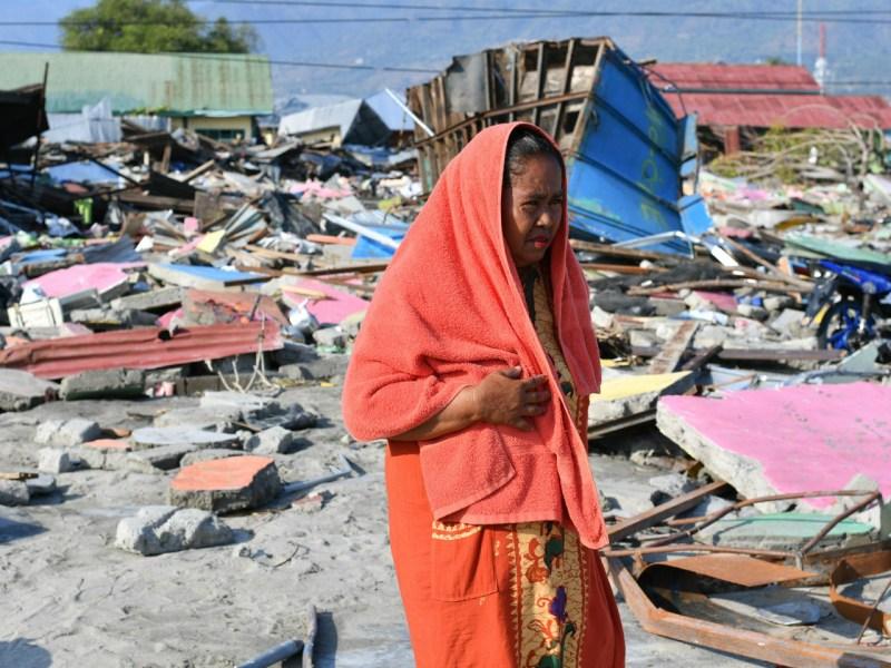A quake survivor where her house once stood. Photo: UNHCR/Ritzau Scanpix