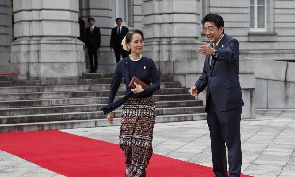 日本首相安倍晉三(右)歡迎緬甸領導人昂山素姬抵達迎賓館赤坂離宮(Akasaka Palace),參加2018年10月9日在東京舉行的第10屆湄公 - 日本首腦會議。相片:AFP / Issei Kato