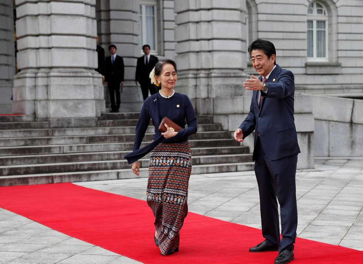 Myanmar leader Aung San Suu Kyi is welcomed by Japan's Prime Minister Shinzo Abe (R) upon arrival at the Akasaka Palace state guest house to attend the 10th Mekong-Japan Summit in Tokyo on October 9, 2018. Photo: AFP/Issei Kato