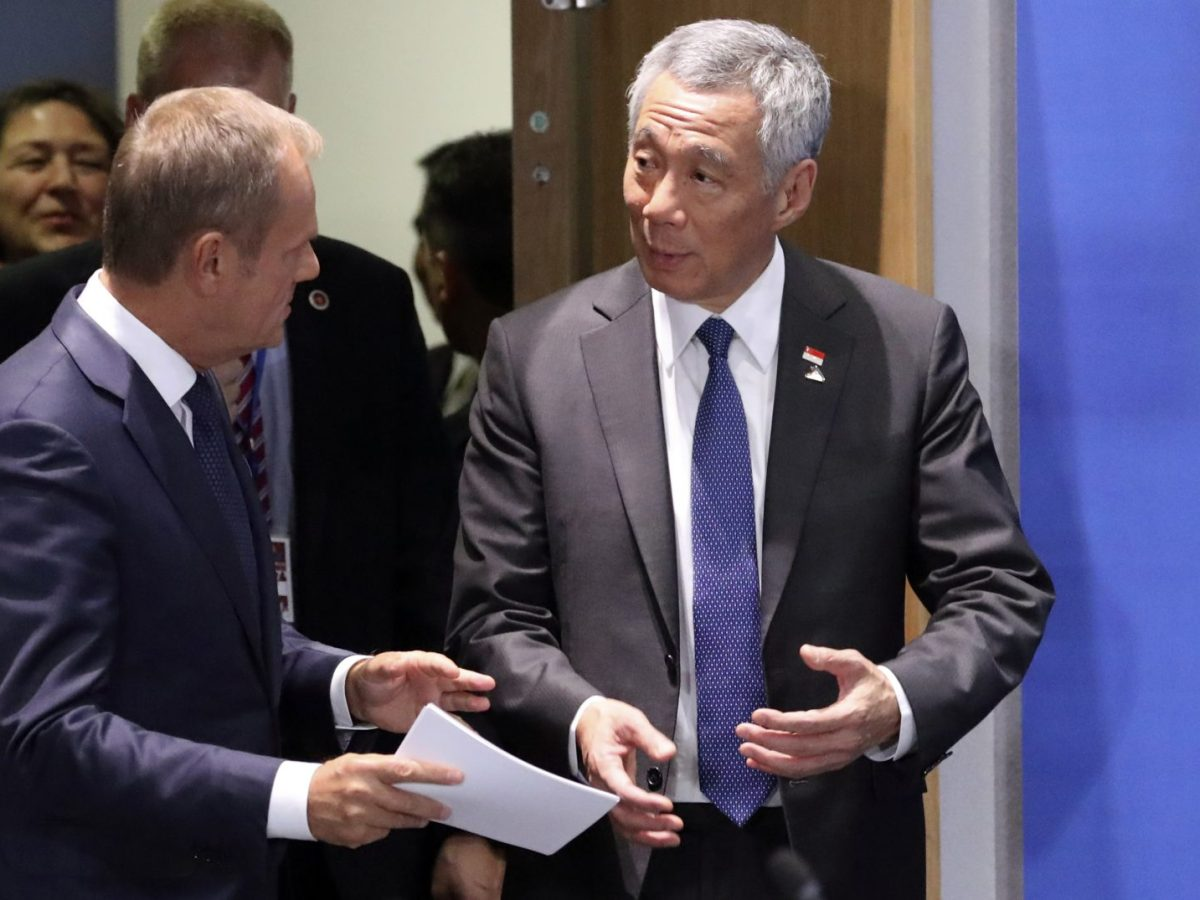 Singapore Prime Minister Lee Hsien Loong (R) with European Council President Donald Tusk  as they arrive to attend an EU ASEAN leaders meeting at the European Council in Brussels on October 19, 2018. Photo: AFP/Olivier Hoslet