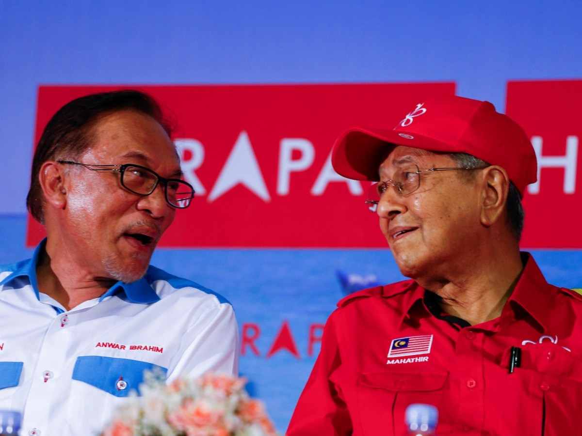 Malaysian Prime Minister Tun Mahathir Mohamad (R) talks to Anwar Ibrahim during Anwar Ibrahim by-election campaign in Port Dickson, Malaysia on October 8, 2018. Photo: Andalou Agency via AFP Forum/Adli Ghazali