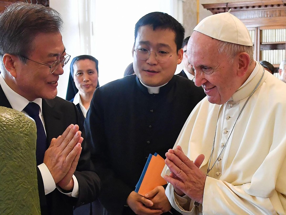 Pope Francis and South Korean President Moon Jae-in exchange gifts during a private audience at the Vatican on October 18, 2018. Photo: AFP/ Alessandro Di Meo