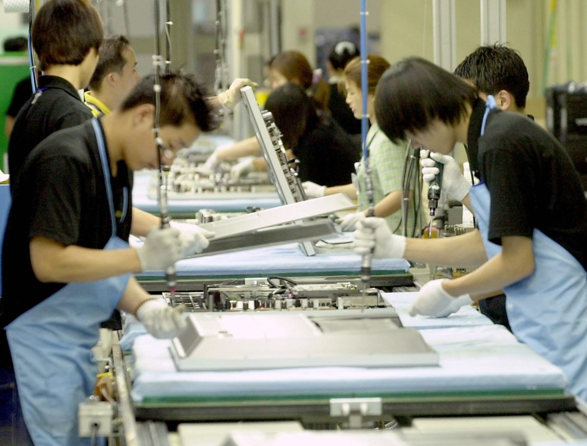 Employees of Samsung Electronics work on a production line at a factory in Suwon. Photo: AFP/Choi Jae-ku