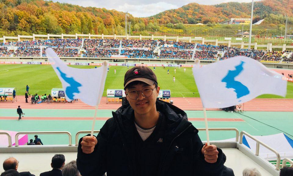 南韓球迷Han Song-min到場支持兩韓建立友誼。相片:Andrew Salmon / Asia Times