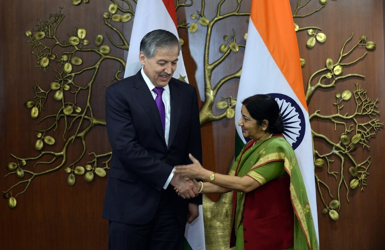 Indian Foreign Minister Sushma Swaraj (right) shakes hands with Tajik Foreign Affairs Minister Aslov Sirojidin Muhridinovich prior to a meeting in New Delhi on May 13, 2015. Photo: AFP / Prakash Singh