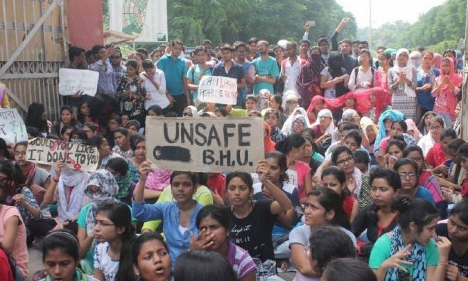瓦拉納西印度大學的學生抗議在校園內發生的性騷擾案。相片:Facebook