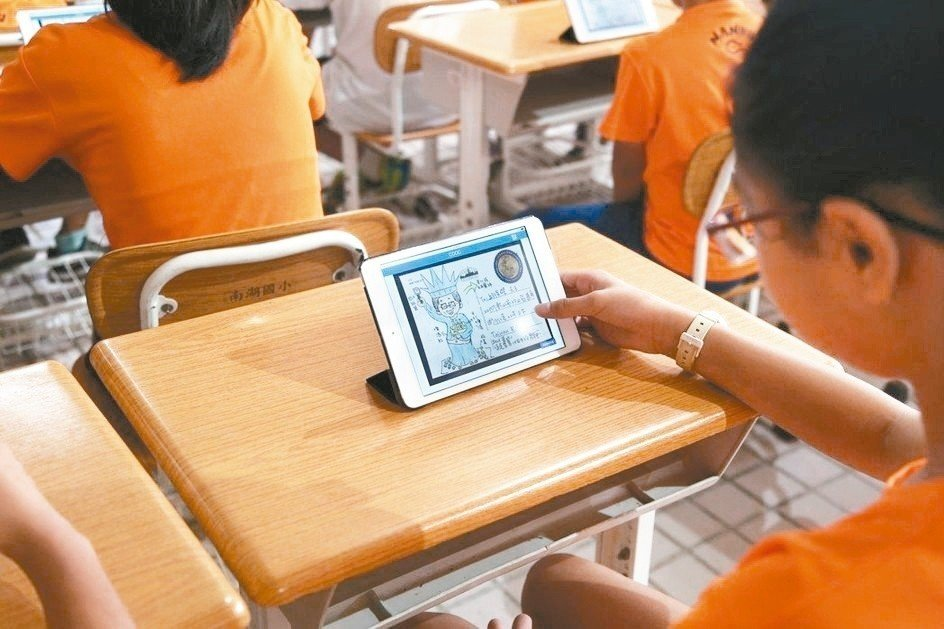 Almost 70% of young Chinese students have his or her own electronic gadget. Photo: Xinhua
