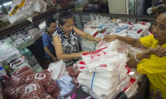 圖為一間在曼谷Khlong Toei市場銷售膠袋和包裝紙的供應商,照片攝於2018年8月26日。相片:AFP / Romeo Gacad