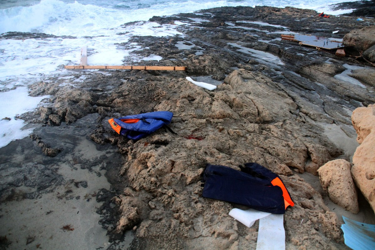 سترات نجاة على الساحل بينما يقوم أفراد الهلال الأحمر الليبي باستعادة أجساد مهاجرين غرقوا قبالة ساحل مدينة جنزور الغربية في 19 يونيو/حزيران 2018. صورة: AFP