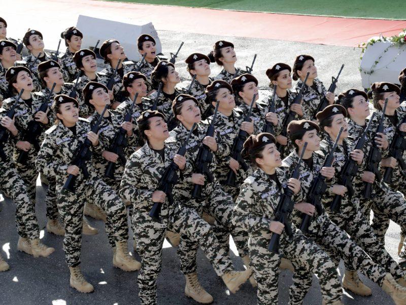 متدربات في قوات الأمن العام اللبنانية تشاركن في عرض عسكري احتفالاً بيوم الإستقلال الذي ينبي بمرور 75 عام منذ نهاية الحكم الفرنسي في لبنان، في 22 نوفمبر/تشرين الثاني 2018 في بيروت. صورة: ANWAR AMRO / AFP
