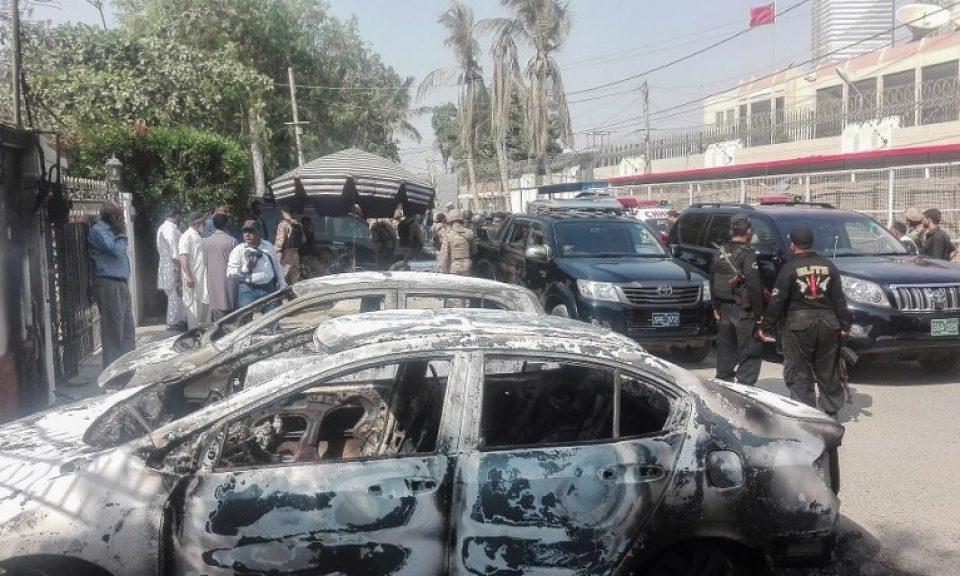 11月23日卡拉奇發生襲擊事件後,巴基斯坦保安人員站在中國領事館門前被燒毀的汽車旁邊。至少有兩名警察在三名槍手試圖襲擊領事館時喪生,全部襲擊者都被警衛殺死。相片:AFP / Asif Hassan