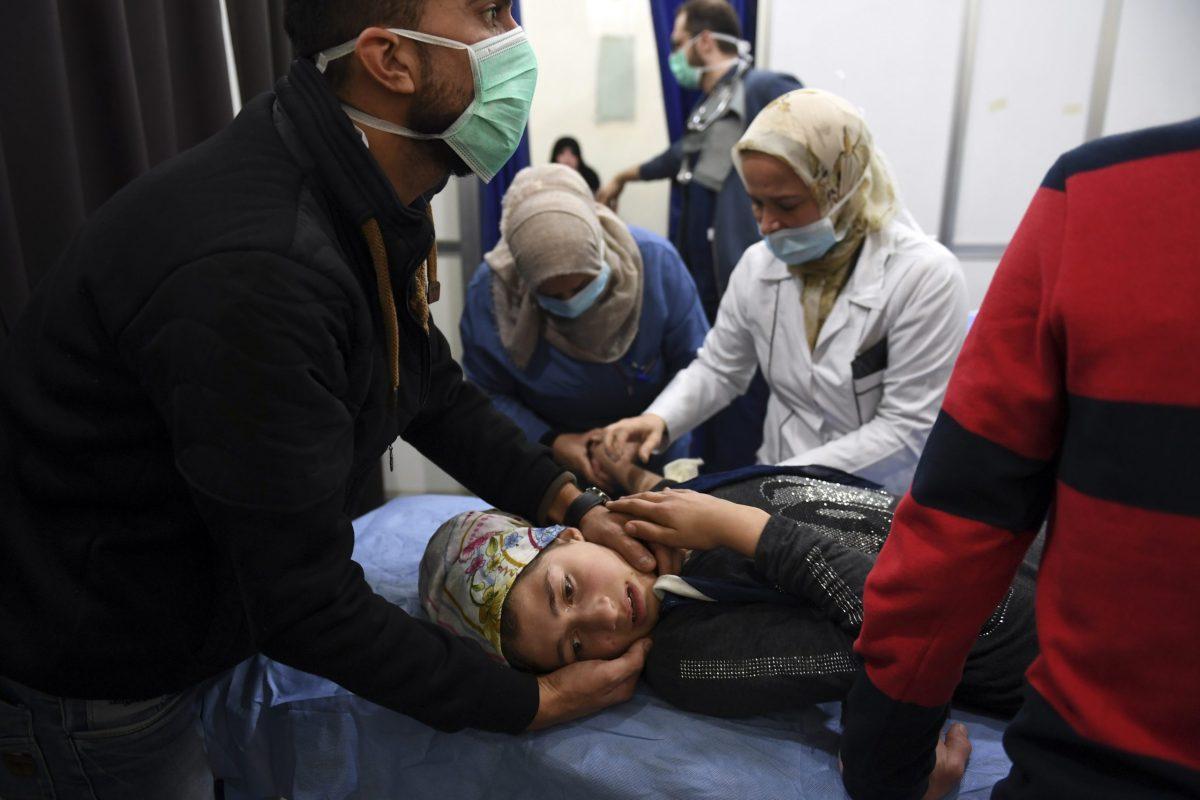 فتاة سورية تتلقى العلاج في مستشفى بمدينة حلب التي تقع تحت سيطرة النظام في 24 نوفمبر/تشرين الثاني. اتهمت المصادر الإعلامية السورية الرسمية المعارضة المسلحة بإطلاق غازات سامة على المدينة الشمالية، إلا أن تحالف معارضة قيادي أنكر قيامه بالهجوم. صورة: George OURFALIAN / AFP