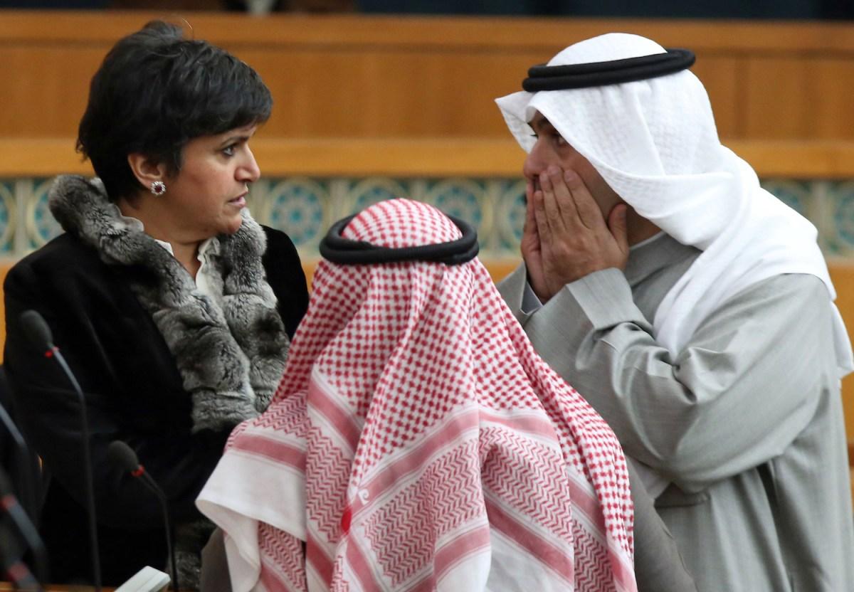 وزير المالية الكويتي أنس الصالح (يمين) يتحدث مع النائبة الكويتية صفاء الهاشم (يسار) في مجلس الأمة الكويتي في 7 يناير/تشرين الثاني 2014. صورة: YASSER AL-ZAYYAT / AFP