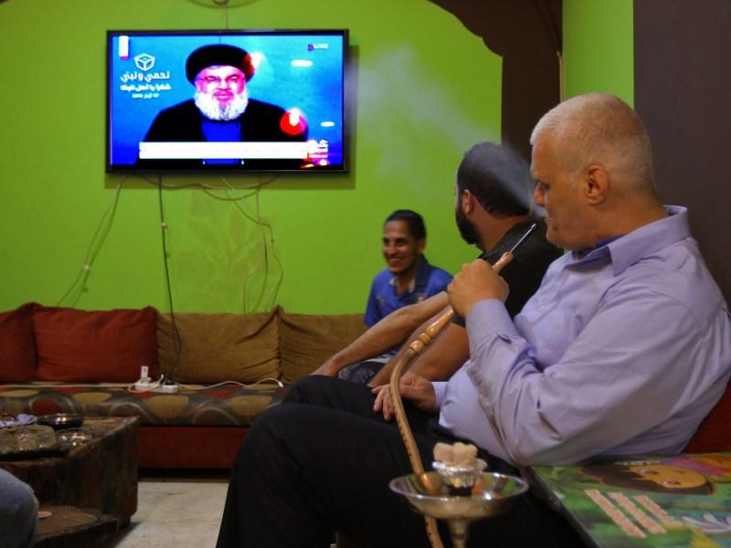 لبنانيون في قهوة يستمعون لخطبة حسن نصر الله قائد حزب الله. صورة: MARWAN NAAMANI/DPA